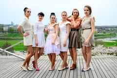 Belles filles célébrant le ressort dans la ville de Vilnius Image libre de droits