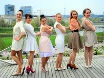 Belles filles célébrant le ressort dans la ville de Vilnius Photos libres de droits