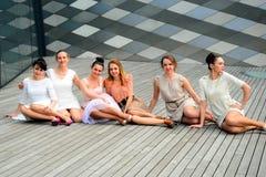 Belles filles célébrant le ressort dans la ville de Vilnius Image stock