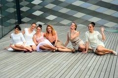 Belles filles célébrant le ressort dans la ville de Vilnius Photographie stock libre de droits