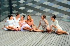 Belles filles célébrant le ressort dans la ville de Vilnius Images stock