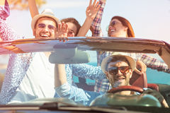 Belles filles d'ami de partie dansant dans une voiture sur la plage heureuse Photographie stock libre de droits