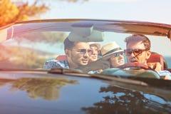 Belles filles d'ami de partie dansant dans une voiture sur la plage heureuse Photos libres de droits