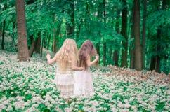 Belles filles dans la forêt blanche de robe au printemps Photo stock