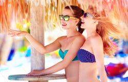 Belles filles dans le bikini parlant sur la plage tropicale, vacances d'été Photos libres de droits