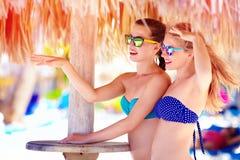 Belles filles dans le bikini parlant sur la plage tropicale, vacances d'été Photos stock
