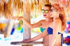 Belles filles dans le bikini parlant sur la plage tropicale, vacances d'été Photographie stock libre de droits
