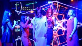 Belles filles dansant à une partie - anniversaire de disco banque de vidéos