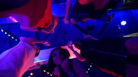 Belles filles dansant à une partie avec des verres dans leurs mains - une disco à une fête d'anniversaire banque de vidéos