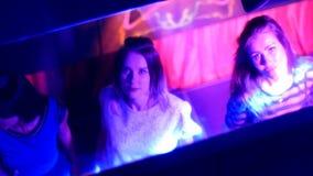 Belles filles dansant à une partie - dans la réflexion du miroir banque de vidéos