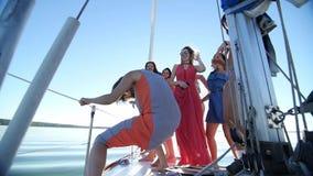 Belles filles dansant sur un yacht - la partie et le célibataire font la fête clips vidéos