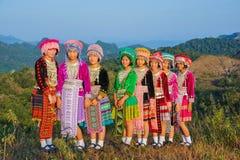 Belles filles de groupe avec leurs robes colorées Photographie stock