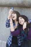 Belles filles de l'adolescence n prenant des autoportraits par m Photo stock