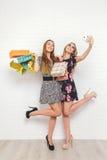 Belles filles de l'adolescence portant des paniers, au-dessus du fond blanc Photo libre de droits