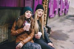 Belles filles de mode extérieures Photo stock