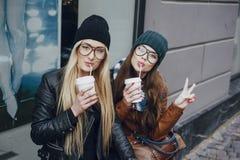 Belles filles de mode extérieures Photos stock