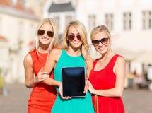 Belles filles de touristes tenant le PC de comprimé Images stock