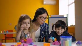 Belles filles diverses appréciant des heures de récréation dans la salle de classe clips vidéos