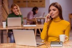 Belles filles en café Images libres de droits