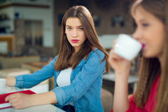 Belles filles en café avec les amis de l'adolescence Images libres de droits