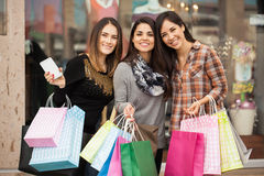 Belles filles faisant des emplettes au mail Photos stock