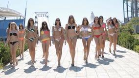 Belles filles grandes dans aller de maillots de bain banque de vidéos