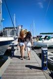 Belles filles naturelles de femmes sur le yacht de navigation Photo libre de droits