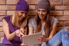 Belles filles posant avec l'instrument Image stock