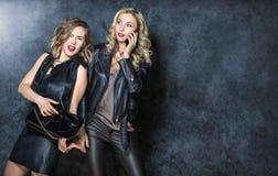 Belles filles posant dans le studio Photo stock