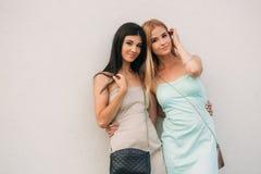 Belles filles posant pour le photographe La brune et la blonde sourit photos stock