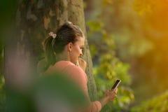 Belles filles prenant un selfie avec un téléphone intelligent Photo libre de droits