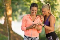 Belles filles prenant un selfie avec un téléphone intelligent Image stock