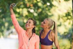 Belles filles prenant un selfie avec un téléphone intelligent Photographie stock