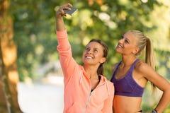 Belles filles prenant un selfie avec un téléphone intelligent Images libres de droits