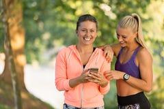 Belles filles prenant un selfie avec un téléphone intelligent Photographie stock libre de droits