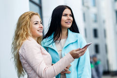 Belles filles se tenant au mur Photos libres de droits