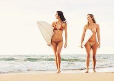 Belles filles sexy de surfer sur la plage Photographie stock libre de droits