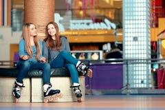Belles filles sur le rollerdrome Images libres de droits