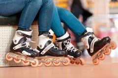 Belles filles sur le rollerdrome photo stock