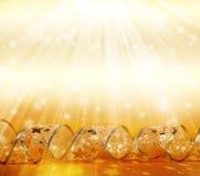 Belles flammes de ruban sur un or miroitant Image libre de droits
