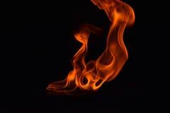 Belles flammes du feu sur le fond noir photo stock