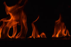 Belles flammes du feu sur le fond noir Photographie stock