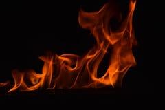 Belles flammes du feu sur le fond noir Image libre de droits