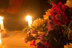 Belles fleurs à la lumière de bougie Images stock
