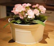 Belles fleurs artificielles roses de roses dans un pot Image libre de droits