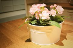 Belles fleurs artificielles roses de roses dans un pot Photographie stock libre de droits