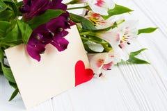 Belles fleurs avec la carte de voeux Endroit pour votre texte mot Image libre de droits