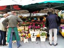 Belles fleurs dans le bazar ouvert au centre du  du 'Ñ€Ð¸Ñ du  Ñ du ² Ñ du  Ð de Salzbourg Ð image stock