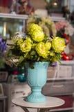 Belles fleurs dans le vase bleu cyan utilisé pour la décoration à la maison images stock