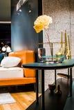 Belles fleurs dans le vase en verre peu commun dans un intérieur des appartements Un décor pour la maison et le bureau centrales  photographie stock